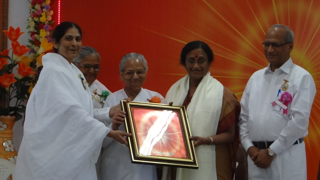 Photo#9- Honouring of Women and Family Welfare, and also Tourism Minister of U.P. Dr. Reeta Bahuguna Joshi